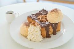 蜂蜜多士用香草冰淇凌和巧克力 免版税库存图片