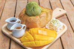 蜂蜜多士绿茶冰尖叫用成熟梭子鱼芒果和w 免版税库存照片