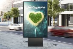 蜂蜜月亮广告在城市街道上的营销广告牌 免版税库存照片