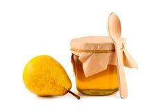 蜂蜜木查出的梨的匙子 库存图片