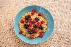 蜂蜜格兰诺拉麦片用莓和黑莓,早餐 库存图片
