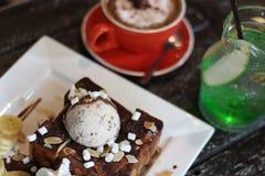 蜂蜜桑托斯和冰淇凌和咖啡和苹果计算机苏打和意大利苏打和香蕉和蛋白软糖和巧克力汁和上等咖啡Cof 免版税图库摄影