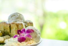 蜂蜜桑托斯用冰淇凌和打好的奶油 免版税库存照片