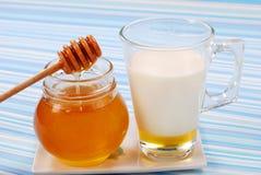 蜂蜜牛奶 免版税图库摄影