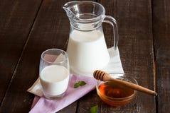 蜂蜜牛奶 免版税库存图片