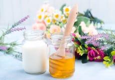 蜂蜜牛奶 免版税库存照片