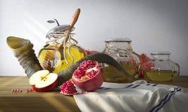 蜂蜜瓶子用苹果和石榴Rosh的Hashana 免版税库存图片