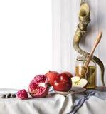 蜂蜜瓶子用苹果和石榴Rosh Hashana西伯来宗教节 库存照片
