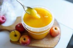 蜂蜜用在木板的苹果在轻的bakground 健康鲜美食物 免版税库存图片
