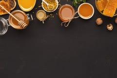 蜂蜜的各种各样的类型在木盛肉盘的 免版税库存照片