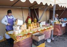 蜂蜜的妇女卖主在传统市场上的 免版税库存图片