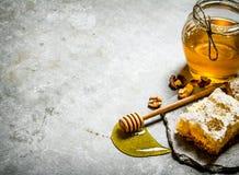 蜂蜜背景 自然甜蜂蜜用被轰击的核桃 免版税库存照片