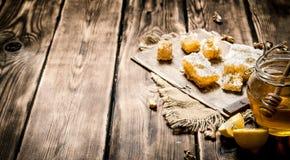 蜂蜜背景 自然蜂蜜柠檬切片和核桃 库存照片