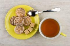 蜂蜜蛋糕,在茶碟,茶匙,茶的多块的糖 库存图片