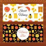 蜂蜜蜂在木纹理的网横幅 免版税库存照片