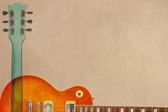 蜂蜜镶有钻石的旭日形首饰的电吉他和脖子在概略的纸板背景,与大量拷贝空间 免版税图库摄影