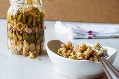 蜂蜜风味坚果、杏仁和花生糖点心在瓶子 免版税库存图片