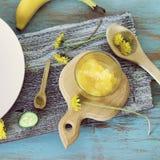 蜂蜜,菜,在桌上的蒲公英花,烹调健康食品 库存图片