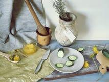 蜂蜜,菜,在桌上的蒲公英花,烹调健康食品 免版税库存照片