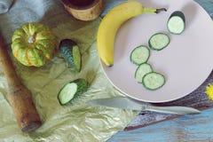 蜂蜜,菜,在桌上的蒲公英花,烹调健康食品 免版税库存图片