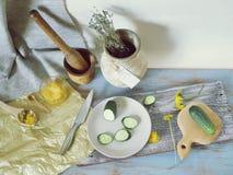 蜂蜜,菜,在桌上的蒲公英花,烹调健康食品 图库摄影