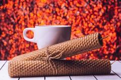 蜂蜡蜡烛和茶杯在背景bukeh 免版税库存图片