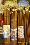 蜂蜡蜡烛和香火香客的圣墓教堂的,耶路撒冷,以色列 免版税库存照片