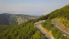 蜒蜒山路和一个美好的山风景的鸟瞰图 克罗地亚 影视素材