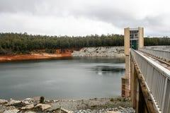 蜒蜒水坝和溢出方式 图库摄影