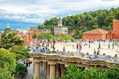 蜒蜒长凳的游人在公园Guell在巴塞罗那 免版税库存照片