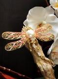 蜻蜓珠宝别针用金刚石,红宝石,梨,金子装饰 免版税库存图片