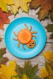 蜘蛛由红萝卜制成在板材 免版税库存照片