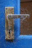 蜘蛛网包括门把手 免版税库存照片