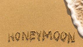 蜜月-在沙子海滩得出的词 图库摄影