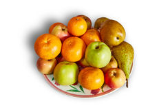 蜜桔、苹果和梨在白色背景的一块板材说谎与阴影 免版税库存图片