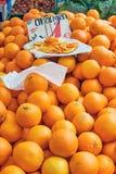 蜜桔待售在市场上 免版税库存照片