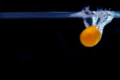 蜜桔飞溅在水中 概念威胁域生气勃勃冰箱里面 库存照片