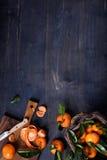 蜜桔,与叶子的柑橘水果在木背景 顶视图,文本的空间 库存照片