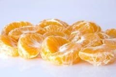 蜜桔 整个蜜桔或柑桔果子和被剥皮的段的汇集在白色背景与夹子 免版税库存照片