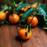 蜜桔/柑桔/桔子在老木桌,接近的u上 免版税库存照片