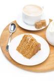 蜜糕片断,水罐奶油和杯子热奶咖啡 免版税库存图片