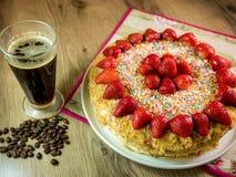 蜜糕用在上面和咖啡桌上的草莓 库存图片