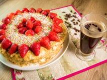 蜜糕用在上面和咖啡桌上的草莓 库存照片