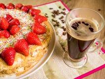 蜜糕用在上面和咖啡桌上的草莓 免版税图库摄影