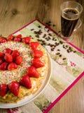 蜜糕用在上面和咖啡桌上的草莓 免版税库存图片