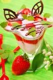 蜜蜂花奶油甜点草莓酸奶 免版税库存图片