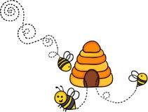 蜜蜂飞行在蜂箱外面 皇族释放例证