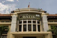 蜡染布博物馆与蓝色多云天空的北加浪岸大厦主要大厅当在北加浪岸拍的背景照片印度尼西亚 免版税库存照片
