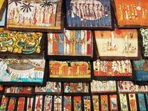 蜡染布工作在莫桑比克市场上 库存图片