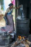 蜡染布工厂的一名工作者在斯里兰卡 库存图片